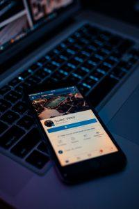 teléfono inteligente Android negro 200x300 - La importancia de Internet para la supervivencia de los clubes deportivos